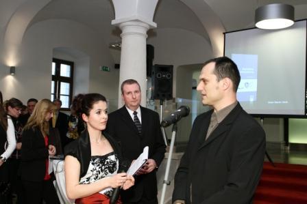 moderátorka J. Lieskovská, Ing. M. Blanárik, riaditeľ komunikácie PSS a Mgr. Art. M. Uhrík, PhD.